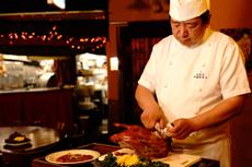 中国茶房8ではお客様の目の前で料理人が切り分けます
